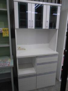 落ち着いた色合いの食器棚