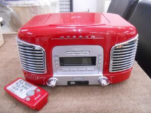 赤いボディーのCDラジオ。
