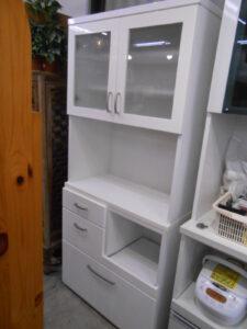 鏡面仕上げの食器棚です