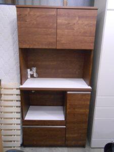 落ち着いた色合いの食器棚。