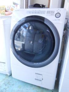 シャープ製のドラム式洗濯機。